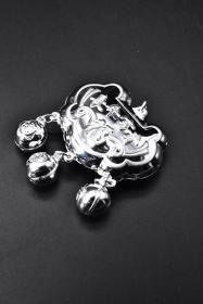 (P2489)《足银999.9银打布轮带铃银锁》1件 银锁刻有福字 锁下有三个银铃铛 银锁尺寸:3.5*1.8*1.2cm 总重7.9g 。