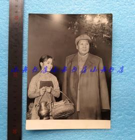 1958年毛泽东主席与电影《红孩子》小演员宁和 珍贵合影一张(用于1958年《长春电影画报》创刊号的封面,使用时可能经过上色)存世极有可能仅此一张 珍贵包递 181