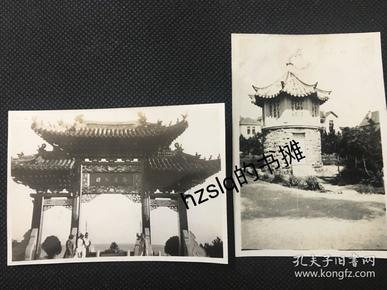 民国早期青岛海滨公园牌楼(未翻建前)及外国水兵和游客+公园内小亭子及周边景象2张合售