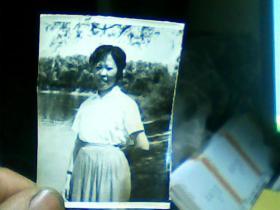 2寸半黑白照片 妇女外景、