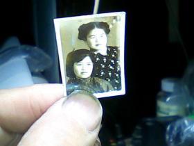 半寸黑白照片 俩女青年