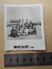 文革照片【1966年国庆,青年手握红宝书在天安门合影】