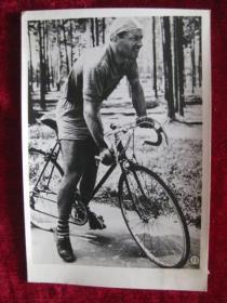 六十年代老照片    苏联第二个宇宙飞行员季托夫,在本地自行车比赛中一直是冠军        照片15厘米宽10.2厘米    B箱——18号袋