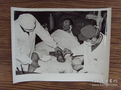 超大尺寸老照片:【※ 1979年,对越自卫反击战----我边防战士曾友春在广西友谊关巡逻时,被越南侵略者埋藏的地雷炸断左腿 ※】