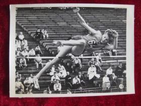 六十年代老照片    罗马尼亚著名女子跳高健将巴拉斯跳1.91米刷新了女子子跳高纪录        照片15厘米宽10.2厘米    B箱——18号袋