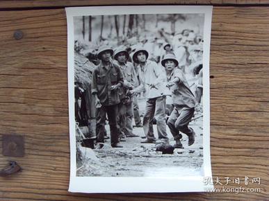超大尺寸老照片:【※ 1979年,对越自卫反击战----越南公安对华侨大打出手,凶相毕露 ※】