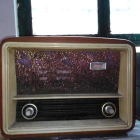 """1958年,北京华北无线电器材厂351型五灯收音机。新中国""""一五""""期间建设,由周恩来总理亲自批准,王铮部长指挥筹建,前苏联、民主德国援助建立起来的。"""