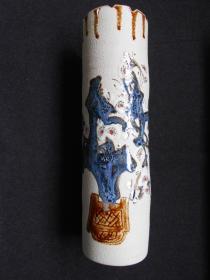 【春梅瓷瓶】作于景德镇。高29.8厘米,直径8.4厘米