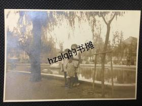 【史料照片】日军侵占华北时天津日租界大和公园内3名日本小孩留影,边上有一日本兵