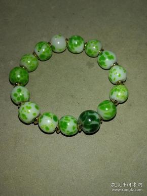 清代青蛙皮琉璃手串,约11mm。品相完好,包浆油润,如图所示。