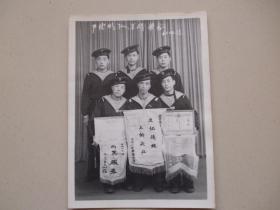 6名海军士兵合影【3名拿着锦旗,1961】
