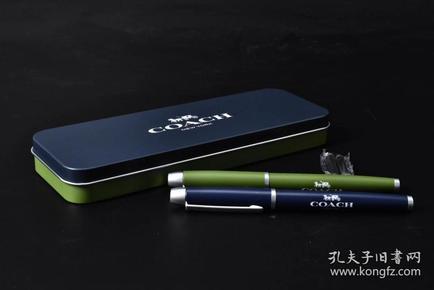 (P1122)日本购回《COACH》原铁盒 寇驰文具一套 包括:圆珠笔、钢笔各一支、钢笔一次性墨囊两管 适合过节送礼、办公自用 性价比高 未使用 笔长:14.2cm COACH是美国高端生活方式时尚品牌,为男士、女士提供精致配饰与礼品。