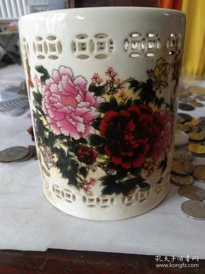 骨瓷镂空刻花笔筒