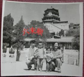 【文革老照片】家庭合影,首都人民公園(頤和園)萬壽山——佛香閣上掛巨大毛主席像