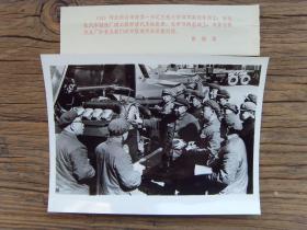老照片:【※1979年,河北邢台市委第一书记王魁之,在长征汽车制造厂视察※】