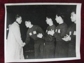 老照片  越南民主共和国总理范文同在开幕式上和中国足球队队员握手   麻面厚纸      照片20厘米宽15厘米    B箱——19号袋
