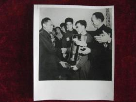 老照片  越南民主共和国总理范文同在闭幕式上向中国运动员赠送友谊杯   麻面厚纸      照片20厘米宽15厘米    B箱——19号袋
