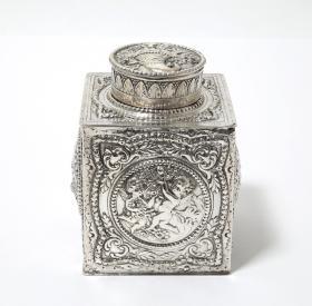 德国20世纪初古董830纯银茶叶罐 尺寸:7.5×7.5×11.5CM 重量:320克 满工高浮雕,非常漂亮,品相上佳 73754#