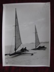 老照片    冬天的巴拉顿湖冰面上划船   麻面厚纸      照片20厘米宽15厘米    B箱——19号袋