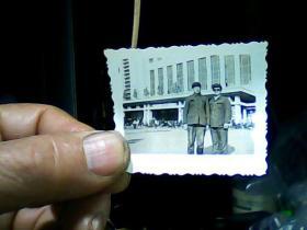 1寸黑白照片俩男人在齐齐哈尔车站留影