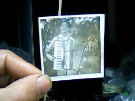 1寸半黑白照片 女青年拉手风琴