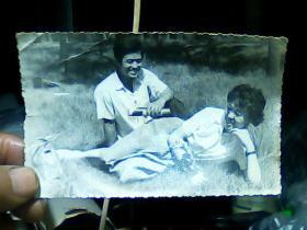 4寸黑白照片 俩男女在草丛