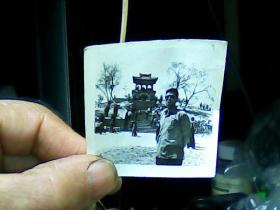 1寸半黑白照片 男青年在齐市望江楼