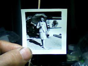 1寸半黑白照片 女青年持伞