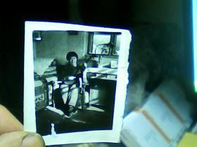 1寸半黑白照片 女青年弹吉它