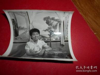 老照片【1女穿夏装 手扶着桌子