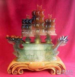 高档精制琉璃《一帆风顺  》    实木底座船高47cm,长46cm,船宽17cm,重4889克。一帆风顺设计精美,设色祥和庄重,典雅大气,寓言吉祥喜庆,家庭和事业一帆风顺!是办公室和家庭最吉祥吉利的摆件,也是馈赠领导和朋友的佳礼。