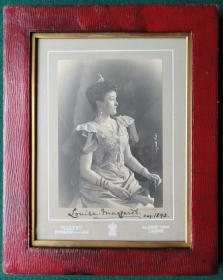 德国19世纪普鲁士公爵夫人签名照片这是一张19世纪普鲁士公爵夫人路易斯.玛格丽特的签名照片,她是一位德国公主,后来成为英国皇室的一员,是亚瑟王子和斯特拉森公爵的妻子。瑞典国王卡尔十六世古斯塔夫和丹麦女王玛格丽特二世都是她的曾孙尺寸:26×20.5CM