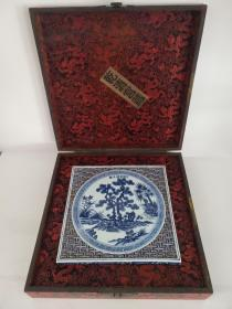 明、宣德年制 青花雕刻双层镂空方茶海,纯手工绘画制作,器型规整,釉色纯正,保存完整,品相一流尺寸如图。