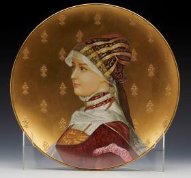 法国蒙特落古董艺术人物彩绘鎏金赏盘 尺寸:直径31CM 年代:1880 整盘鎏金装饰,四周环绕鸢尾花图案,画面描绘了一位身穿法国传统服饰的美丽少女。55405#