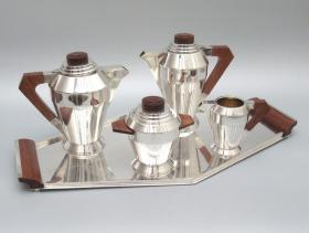 """法国装饰艺术时期古董纯银咖啡杯五件套 重量:3816克 年代:1900-1940 奶罐、糖碗内部镀金,咖啡具全部实木柄装饰,每一件都有制造商名首字母""""O.R""""组成的商标以及圣女贞德半身像。银匠制造商正式创立于1924年,位于巴黎奥伯坎普街,是20世纪初法国最著名的银器制造商。70916#"""