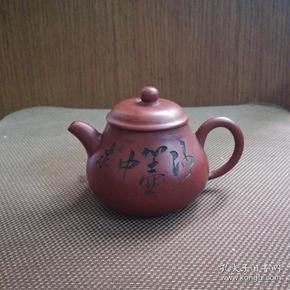 一个精美小巧的旧紫砂茶壶