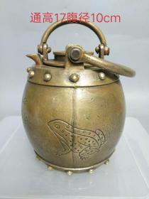 民国铜壶一把,雕刻细腻,造型精致美观,外层也可放水,有保温功效,内层可放茶饮用,此壶出水流畅,成色如图,保存完好。