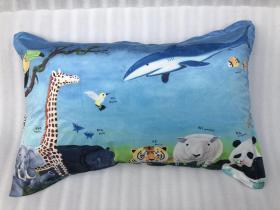 著名当代艺术家、中国当代美术研究院油画院院长 沈敬东 2018年艺术衍生作品 《献给未来的礼物》枕头一个(丝绒棉,尺寸:50x80cm)  HXTX106308