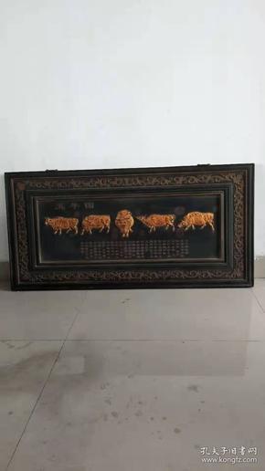 楠木大漆五牛图挂扁,包浆浓厚,工艺精美,保存完整,长121cm,宽60cm。