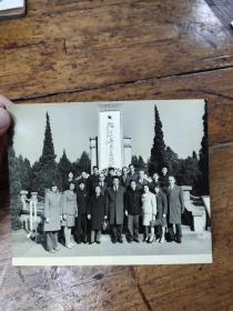1975年方非部长陪同阿尔巴尼亚教育代表团参观雨花台——照片