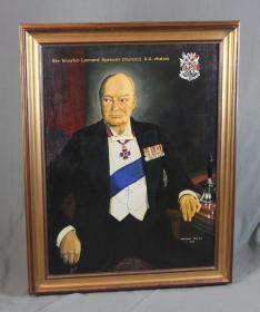 """英国20世纪丘吉尔人物古董肖像油画 尺寸:95×74.4CM 作者:(英)伯纳德.托马斯 画面上方写着""""温斯顿.伦纳德.丘吉尔"""",并画有家族徽章,右下角签署作者及日期。"""