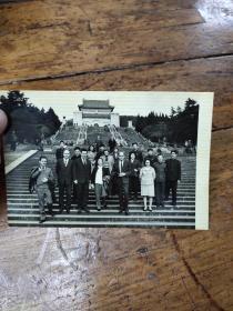 1975年方非部长陪同阿尔巴尼亚教育代表团参观中山陵照片