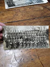 五十年代南京高校――摩托车比赛前合影照片