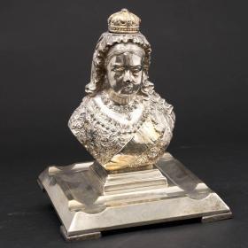 英国维多利亚庆典时期限量版镀银墨水瓶 年代:1897年 本品为维多利亚女王黎嘉娜60岁半身像,镀银工艺,底部有当时皇家设计的注册码号,并打上了制作银匠的标志。