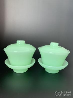 清代和田碧玉盖碗一套,做工精致,玉质细腻,保存完好无磕碰,成色如图。