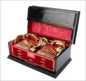 法国19世纪拿破仑三世时期宫廷用纯银镀金餐具大全套 年代:1870 尺寸:长59CM,宽35CM,高25.5CM 原盒原装,18把餐刀、18把餐叉、18把餐勺,四个甜点盘、烟架,骨柄调料盘,12把茶匙,1把糖夹,1个过滤勺,一件不缺的大全套,每件器物全部标注密涅瓦女神银标,美丽的巴洛克雕刻装饰,并錾刻皇家银器制造商L.B公司标,件件纯银镀金,工艺之精湛,让人叹为观止