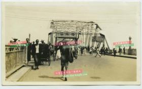 """民国时期广州市第一座跨江桥老照片,以其临近""""海珠石""""改名为""""海珠桥"""",为当时广州市区唯一一座跨过珠江的桥梁,旧海珠桥为开合式桥梁,方便船只通过;值得一提的是,在落成时海珠桥的落款是曾任国民政府主席的胡汉民。1949年被炸毁"""