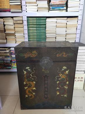 """清乾隆 描金 漆器大箱  用漆涂在各种器物工艺品一般称为""""漆器"""",又可以配制出不同色漆。中国的漆器工艺不断发展,达到了相当高的水平、描金等。《 漆器大箱 》剔红雕刻花纹制作 精美 刻有图案 又称雕红漆,红雕漆。中国漆器工艺的一种,此法常以木灰、金属为胎,在胎骨上层层髹红漆,少则八九十层,完整"""