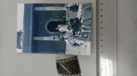 摄影家董青1960前后在安庆迎江寺门前拍的几个年轻人、底片+2004冲洗片