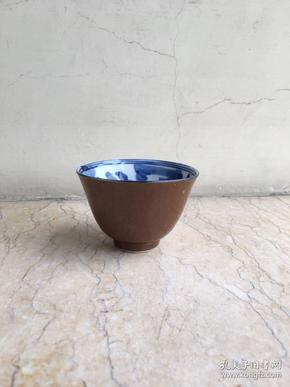 清末民国 酱釉青花金玉满堂茶杯 口径7.8高5.2cm。包老到代。青花秀丽沉稳,釉水清润。品茗茶道佳器。杯口微失圆。品相完美,无磕无线。